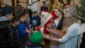 Die Weihnachtsfeier-Kinderbescherung